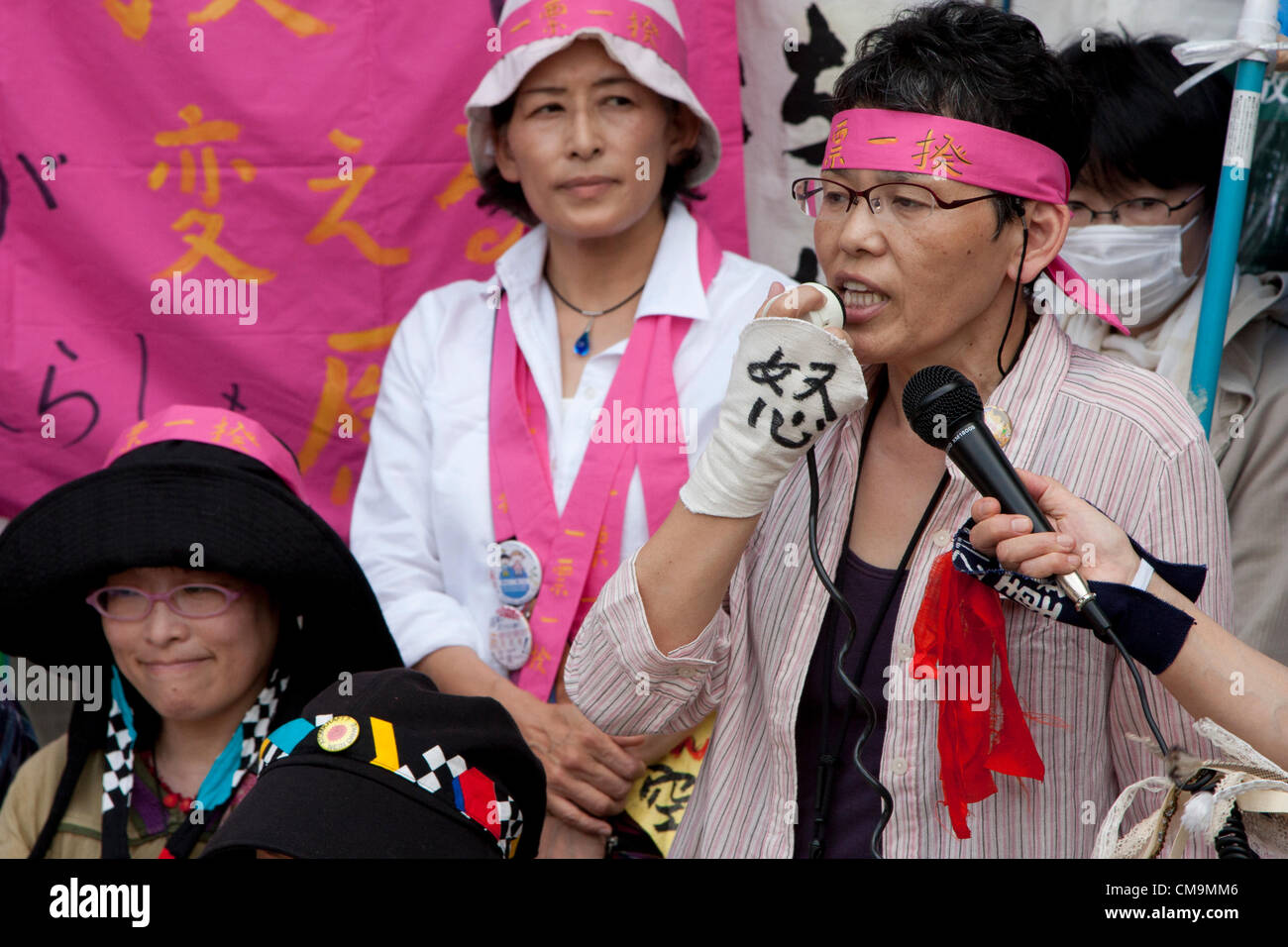 Women Protest outside METI (Ministry of Economy, Trade and Industry) in Tokyo, Japan. Friday June 29th 2012. About - Stock Image