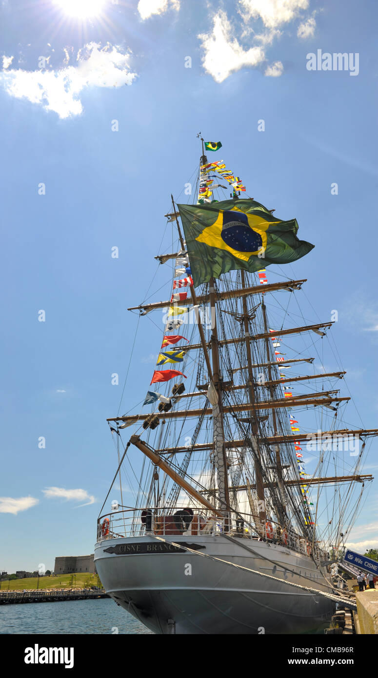 New London, Connecticut, USA - July 9, 2012: The Brazilian Navy tall ship Cisne Branco (White Swan), with signal - Stock Image