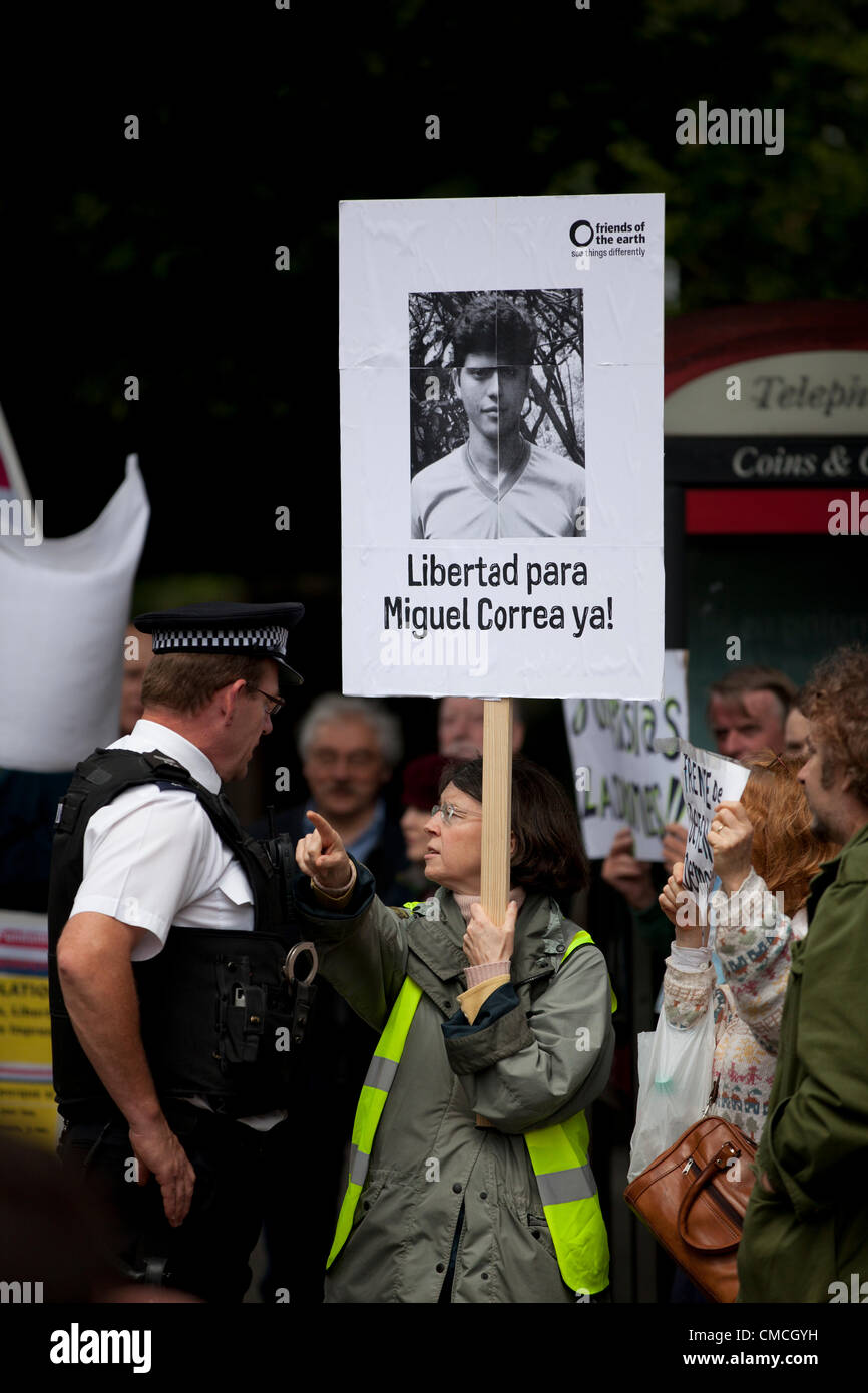 London, UK. 18th July 2012. Protesters holding up placards outside of the Paraguayan embassy over the arrest of - Stock Image