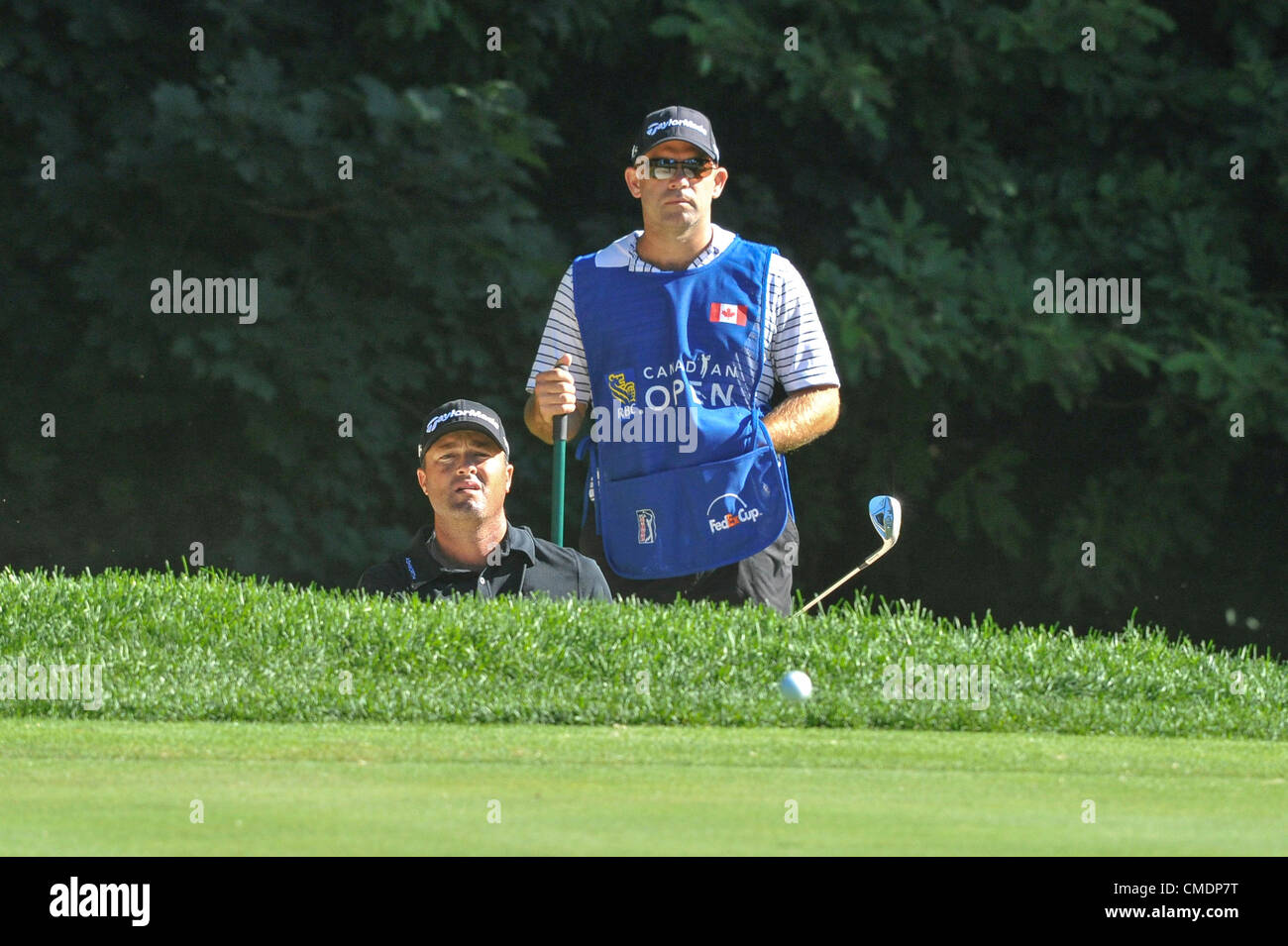 25.07.2012. Ontario, Canada.  Ryan Palmer watches his ball after hitting from the bunker during the RBC Canadian - Stock Image