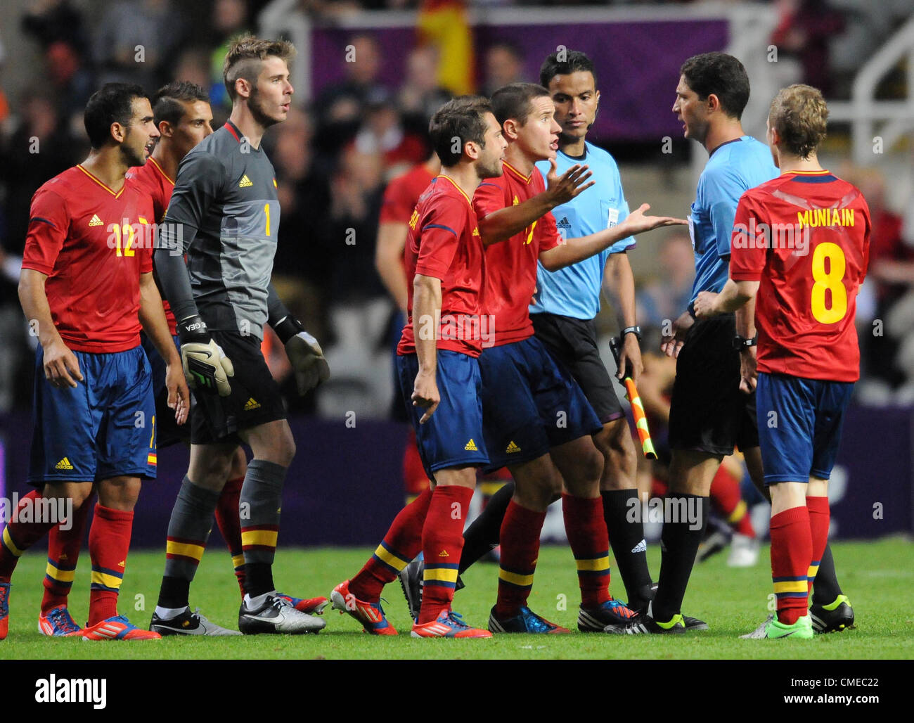 SPAIN PLAYERS CONFRONT REFEREE SPAIN V HONDURAS ST JAMES PARK NEWCASTLE ENGLAND 29 July 2012 - Stock Image