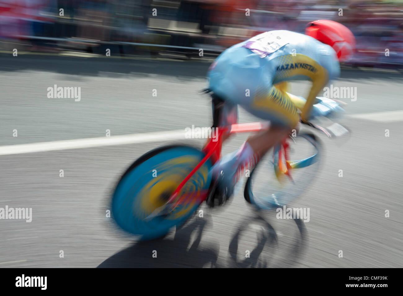Alexandr VINOKUROV  of Kazakstan crosses Kingston Bridge during the Men's Individual cycling time trial at the - Stock Image