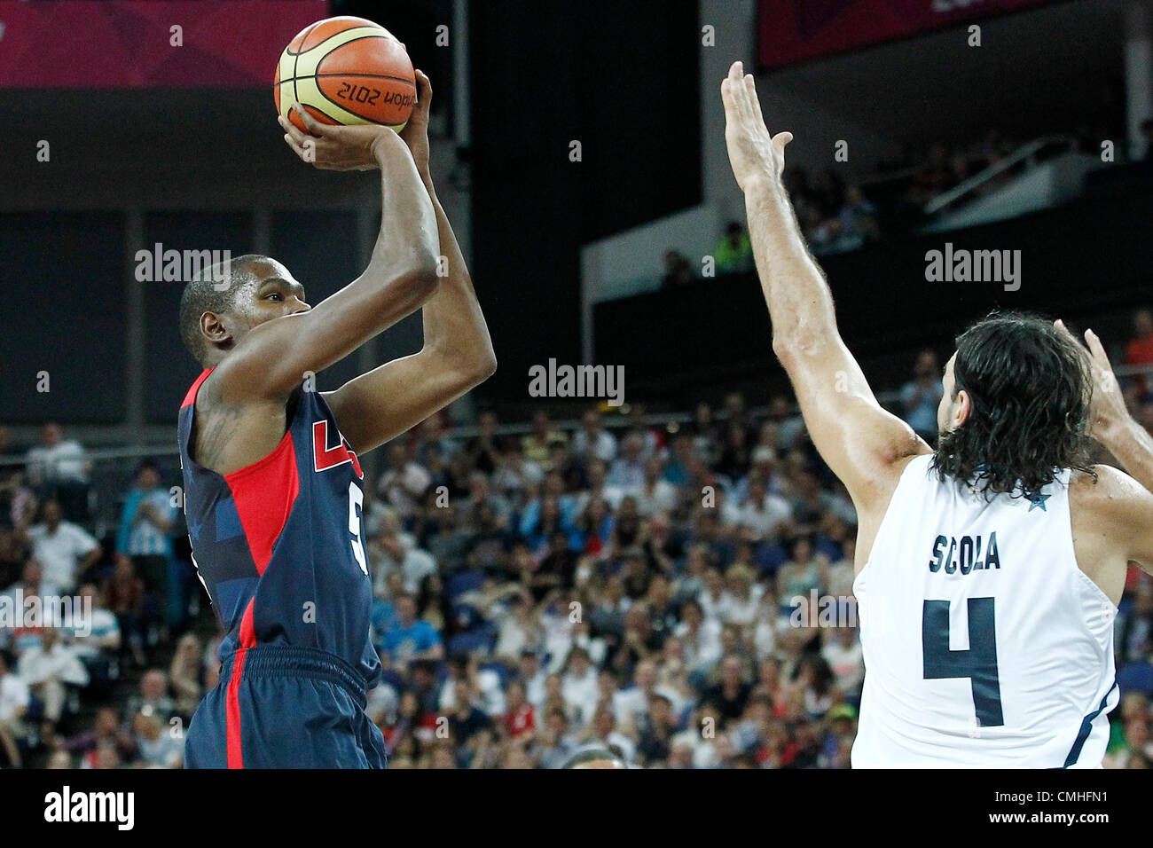 10.08.2012. London, England. USA Kevin Durant takes a jumpshot over Argentina Luis Scola during 109-80 Team USA - Stock Image