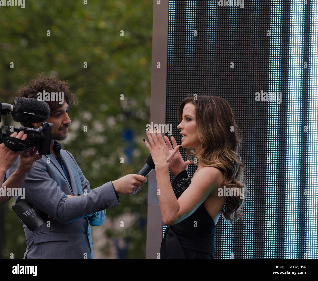 16th Aug 2012. Alex Zane interviews Kate Beckinsale star of  Total Recall, Premiere Leicester Square London Uk on - Stock Image