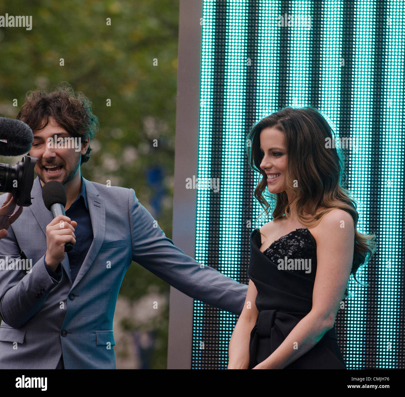 16th Aug 2012. Alex Zane interviews Kate Beckinsale star of  Total Recall, Premiere Leicester Square. London on - Stock Image