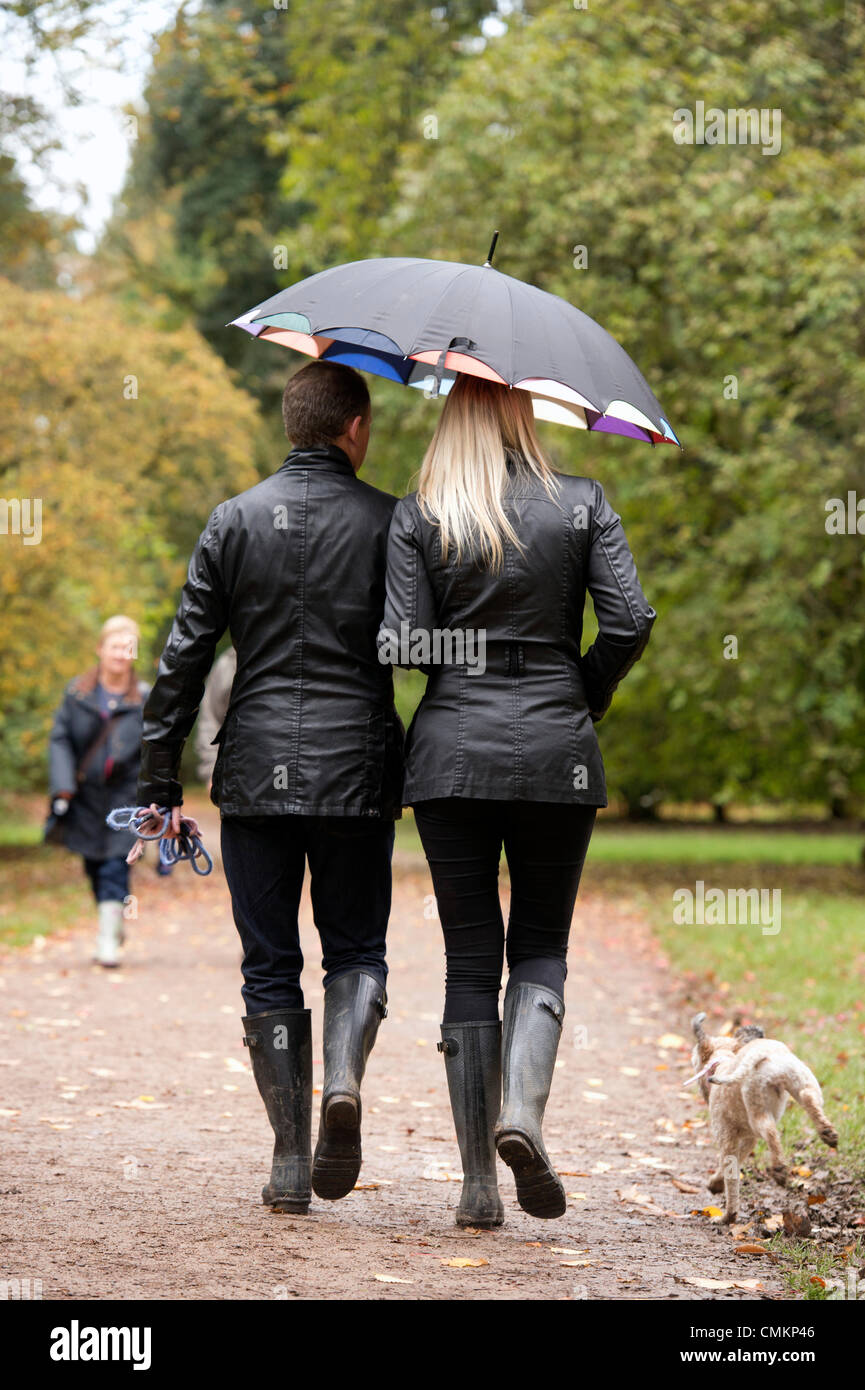 A couple in matching outfits walking in Westonbirt Arboretum, Gloucestershire (2 Nov 2013). Credit:  Adrian Sherratt/Alamy - Stock Image
