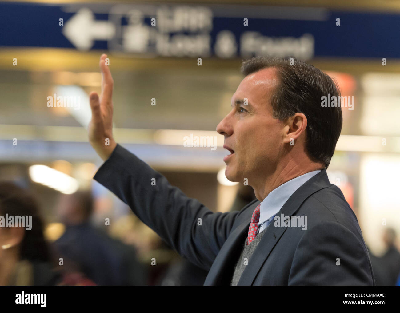 Manhattan, New York, U.S. 4th November 2013. TOM SUOZZI, Democratic candidate for Nassau County Executive, waves Stock Photo