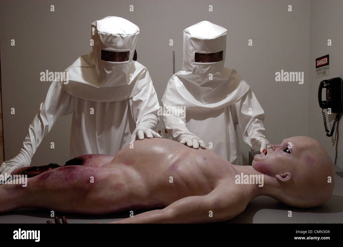 ALIEN AUTOPSY (2006) JONNY CAMPBELL (DIR) 002 MOVIESTORE COLLECTION LTD - Stock Image