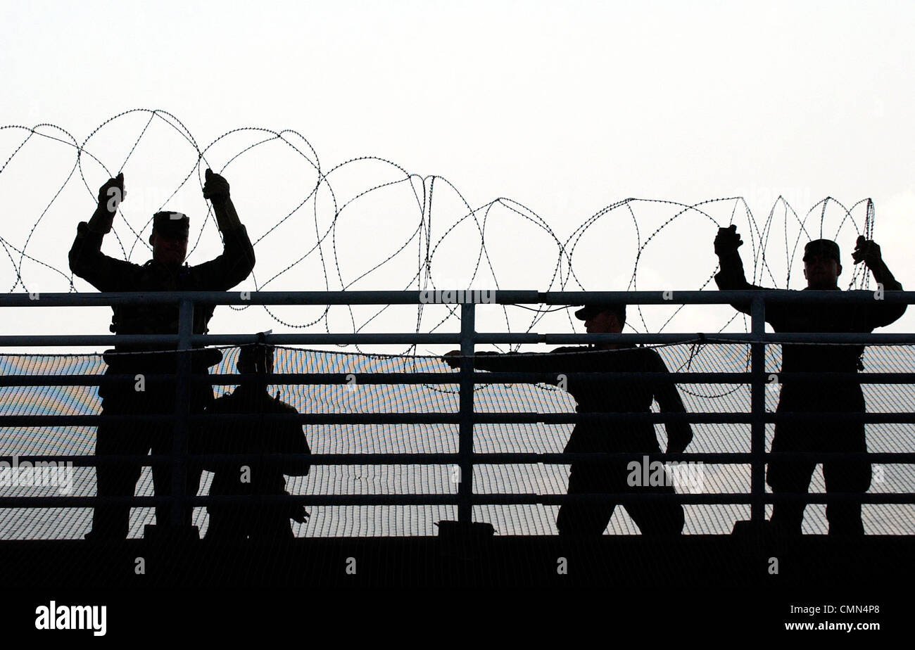 U.S. Army National Guard soldiers put up concertina wire near the site of the 2004 Democratic National Convention - Stock Image