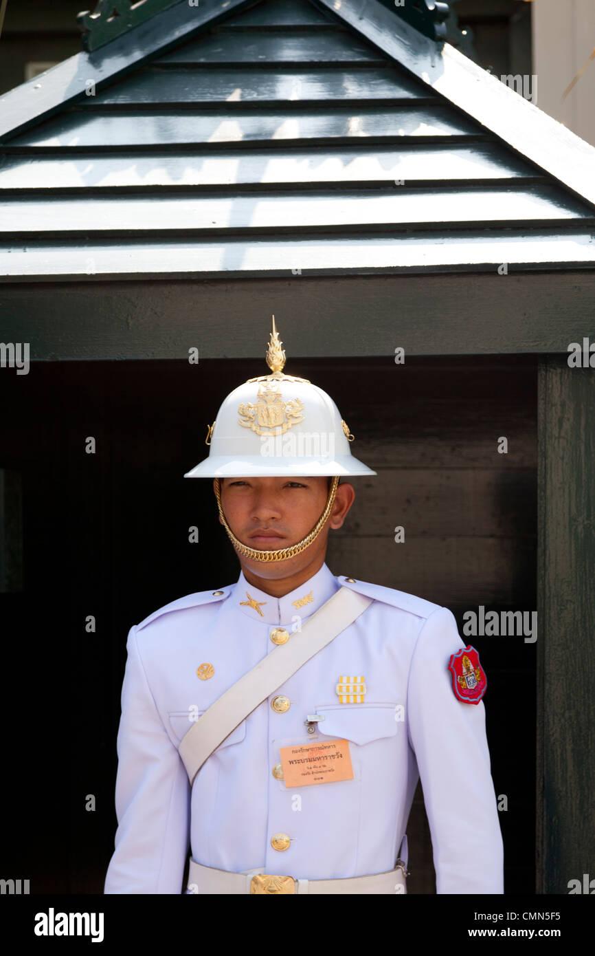 A Thai soldier of the royal guard on sentry duty (Grand Palace - Bangkok). Un soldat Thaïlandais de la garde - Stock Image