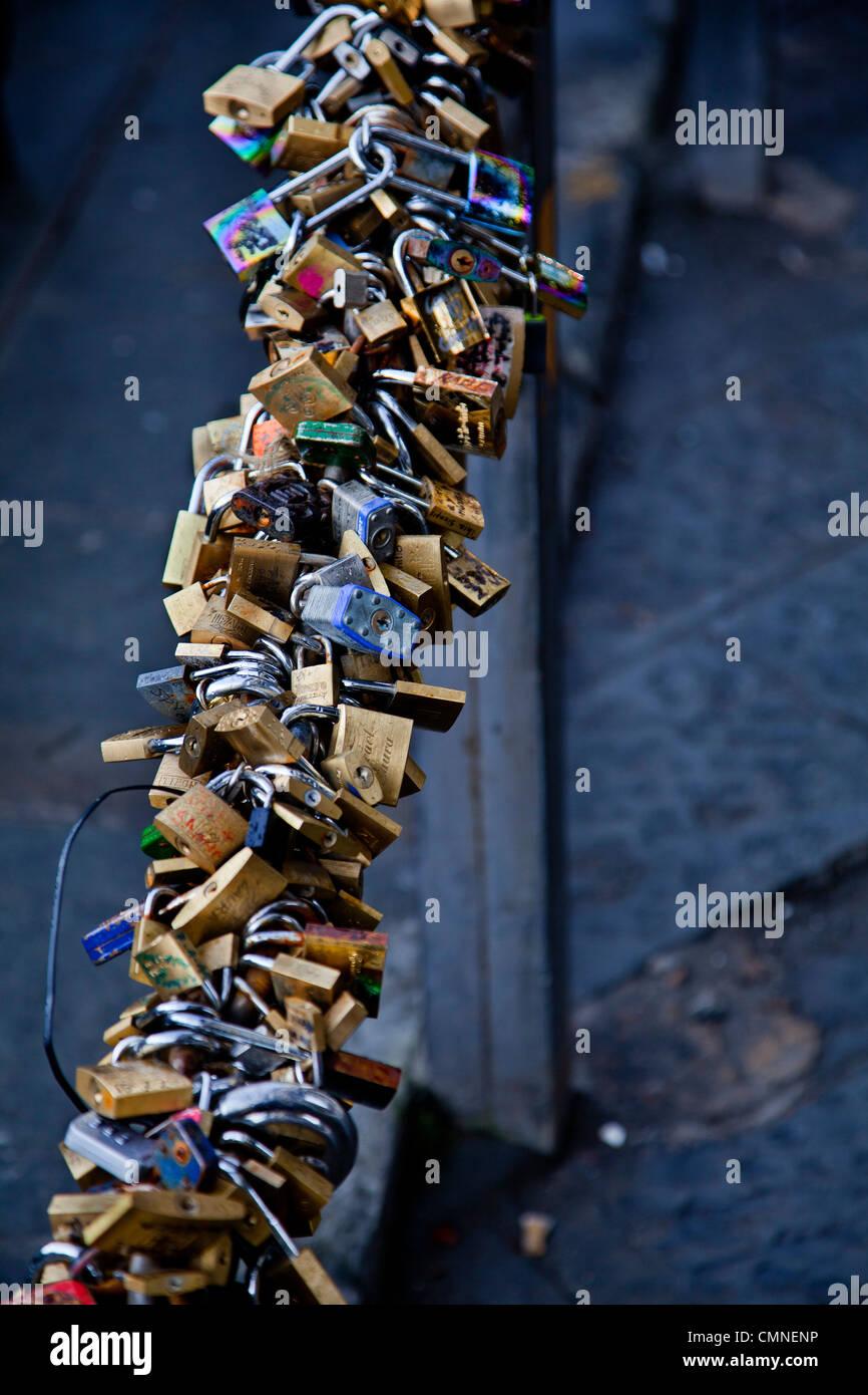Cycle locks outside the Uffizi gallery, Florence. - Stock Image