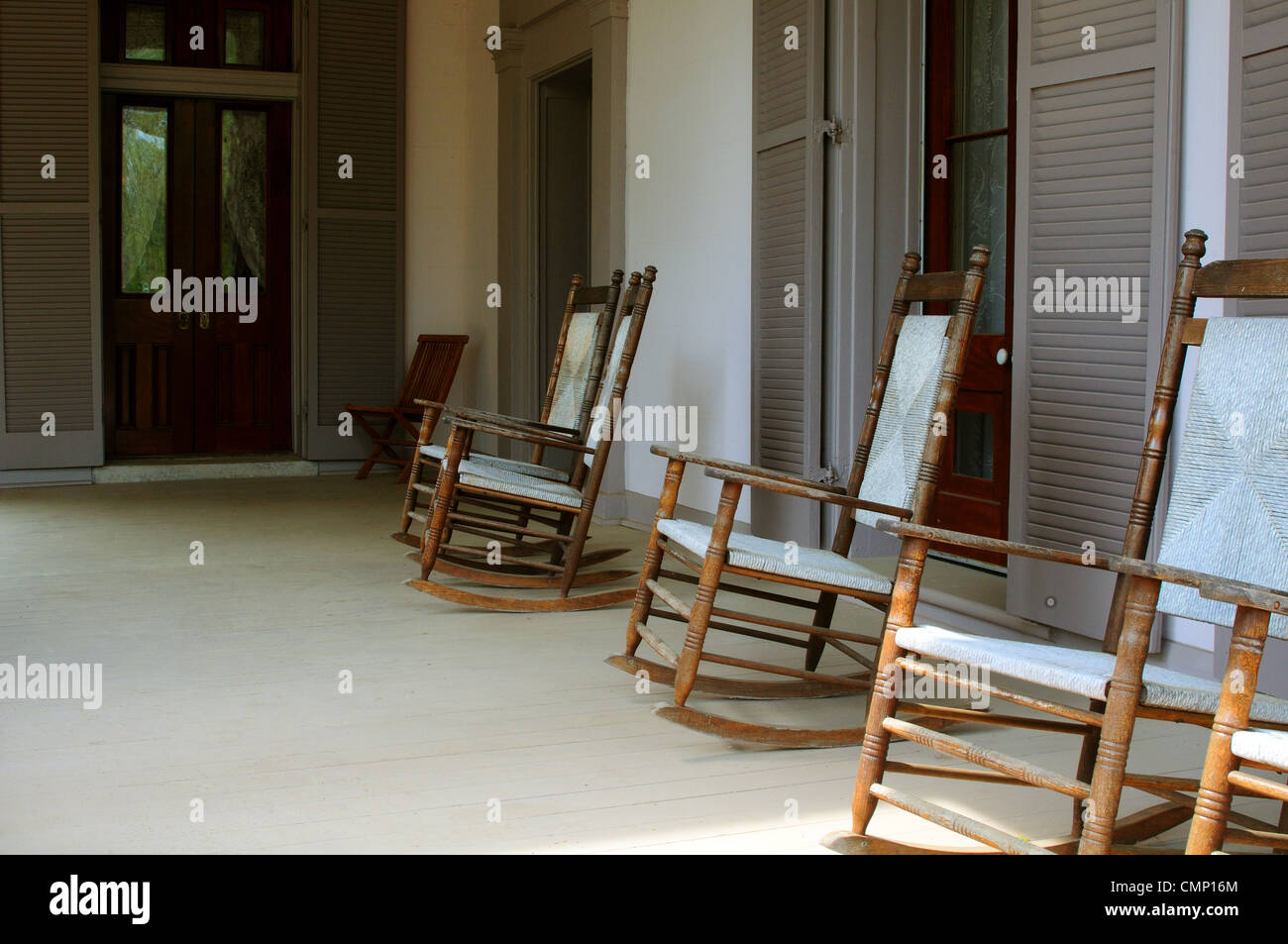 Exceptionnel Rocking Chairs On The Porch Of An Antebellum Southern Plantation Mansion