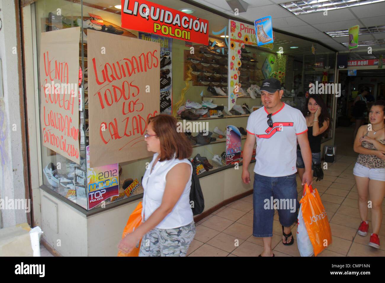 9db00432a Chile Arica Paseo Peatonal 21 de Mayo shopping shoe store ladies footwear  boutique window retail display sign sale discount Hisp