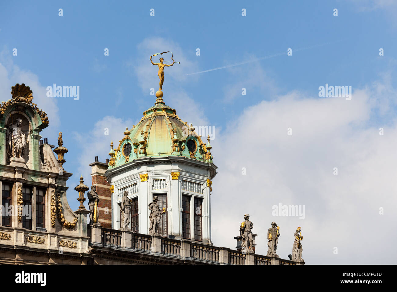 Detail of roof and gold statues on roof of Maison du Roi d'Espagne in Grand Place Brussels - Stock Image