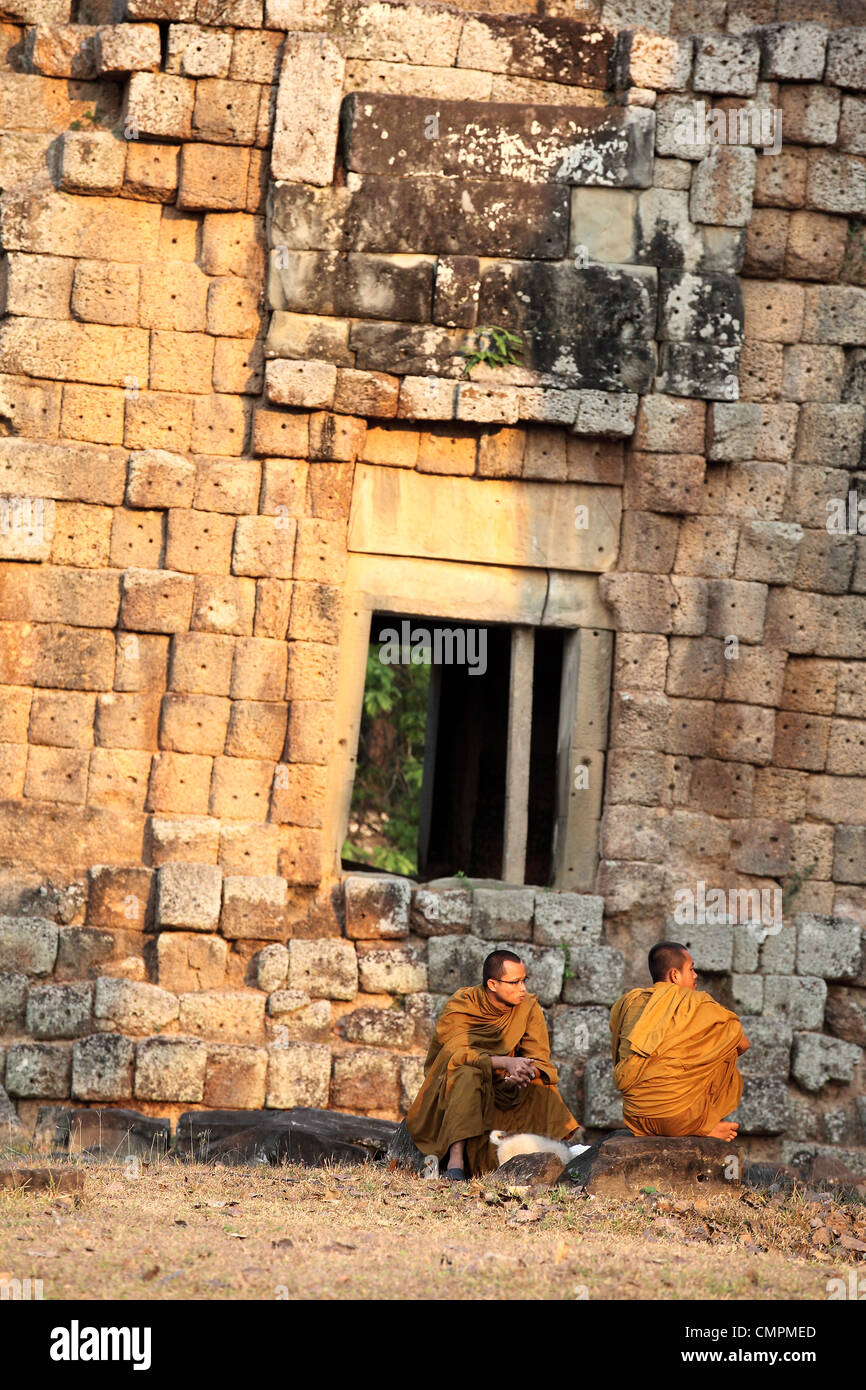 Monks sitting at a Suor Prat tower in Angkor Thom, a UNESCO world heritage site. Angkor, Siem Reap, Cambodia, Southeast - Stock Image