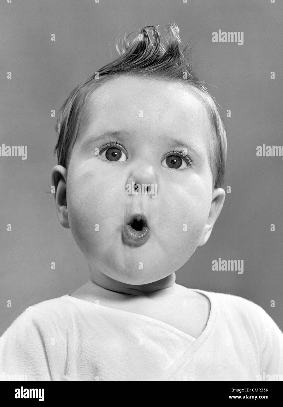 1950s BABY WITH SURPRISED EXPRESSION - Stock Image