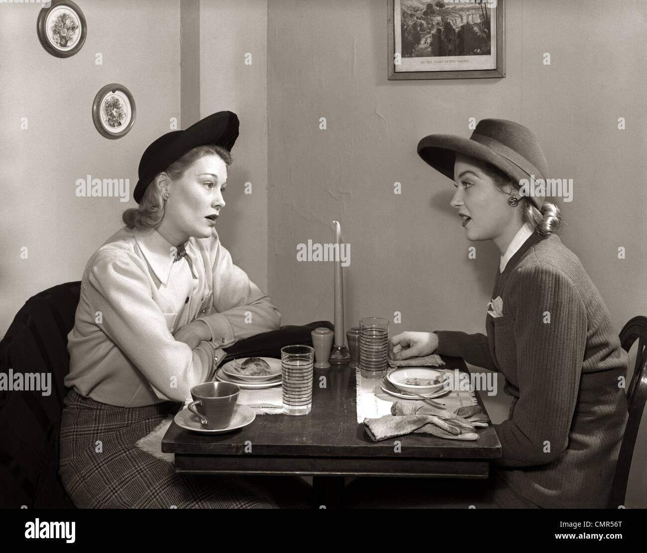 1940s 2 WOMEN DINING TALKING RESTAURANT TABLE - Stock Image