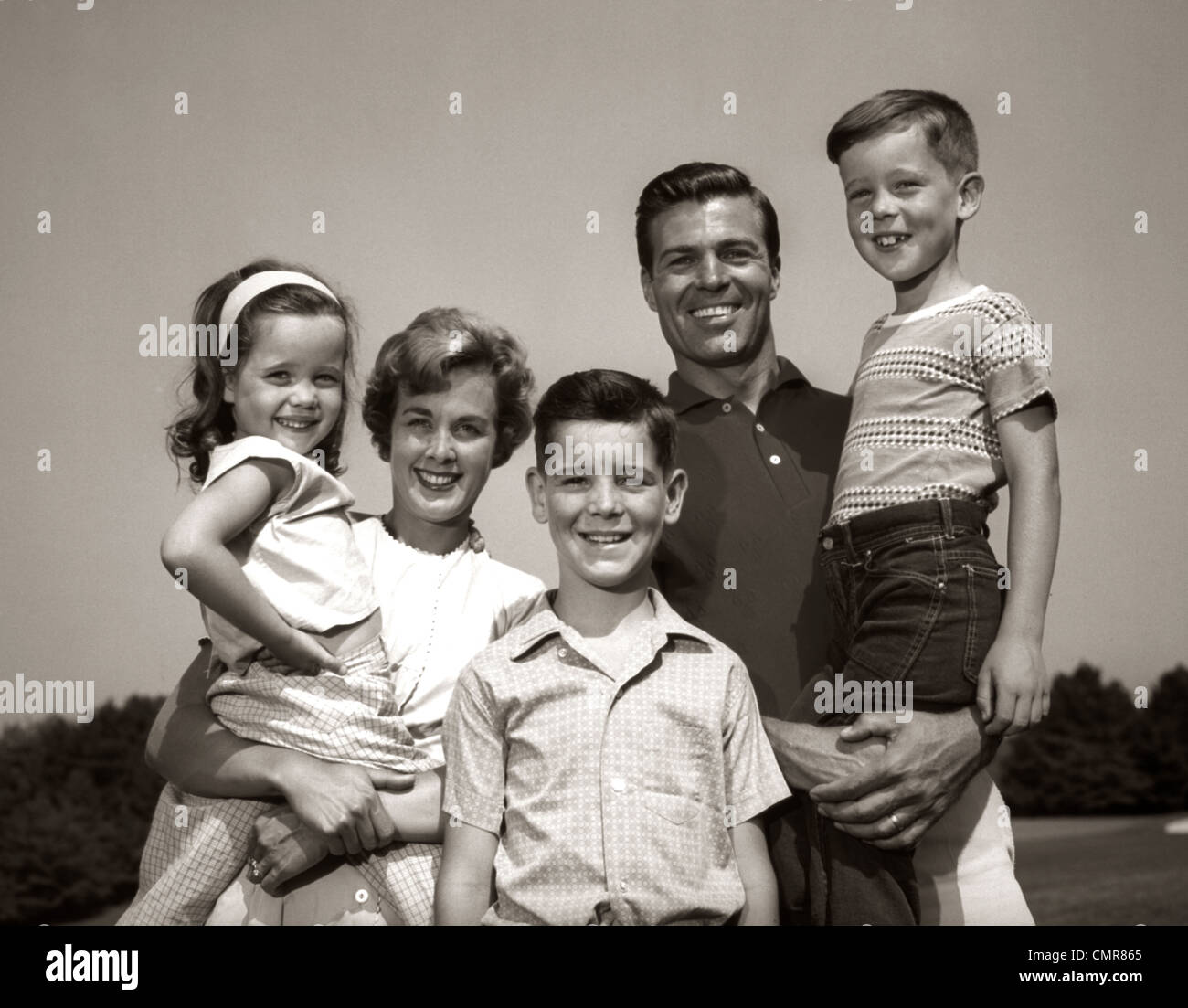 1960s FAMILY PORTRAIT OUTDOORS FATHER MOTHER THREE CHILDREN - Stock Image