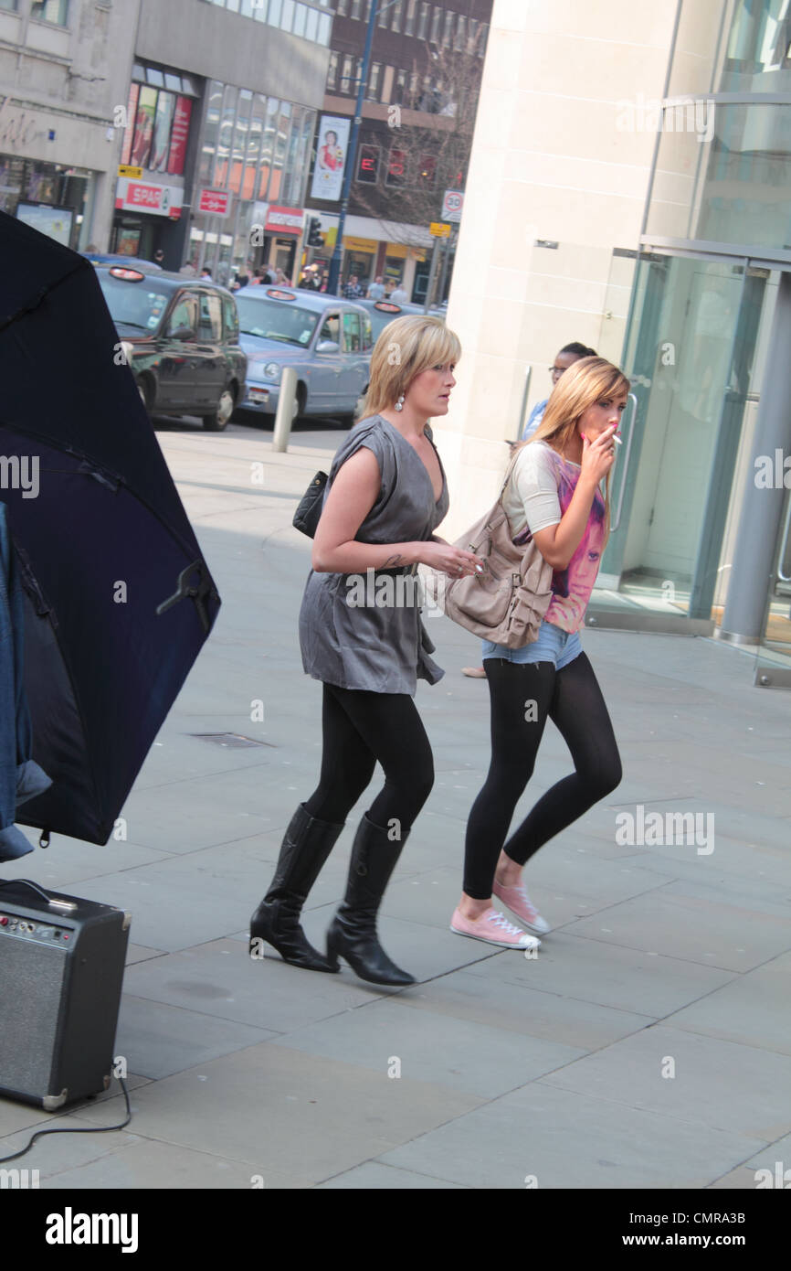 https://c8.alamy.com/comp/CMRA3B/two-women-smoking-and-walking-in-manchester-CMRA3B.jpg