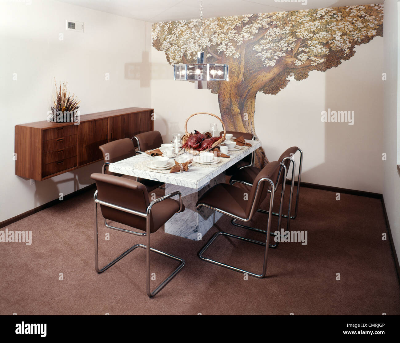 1970s DINING ROOM TABLE CHAIRS WALL DECOR MURAL OF TREE - Stock Image