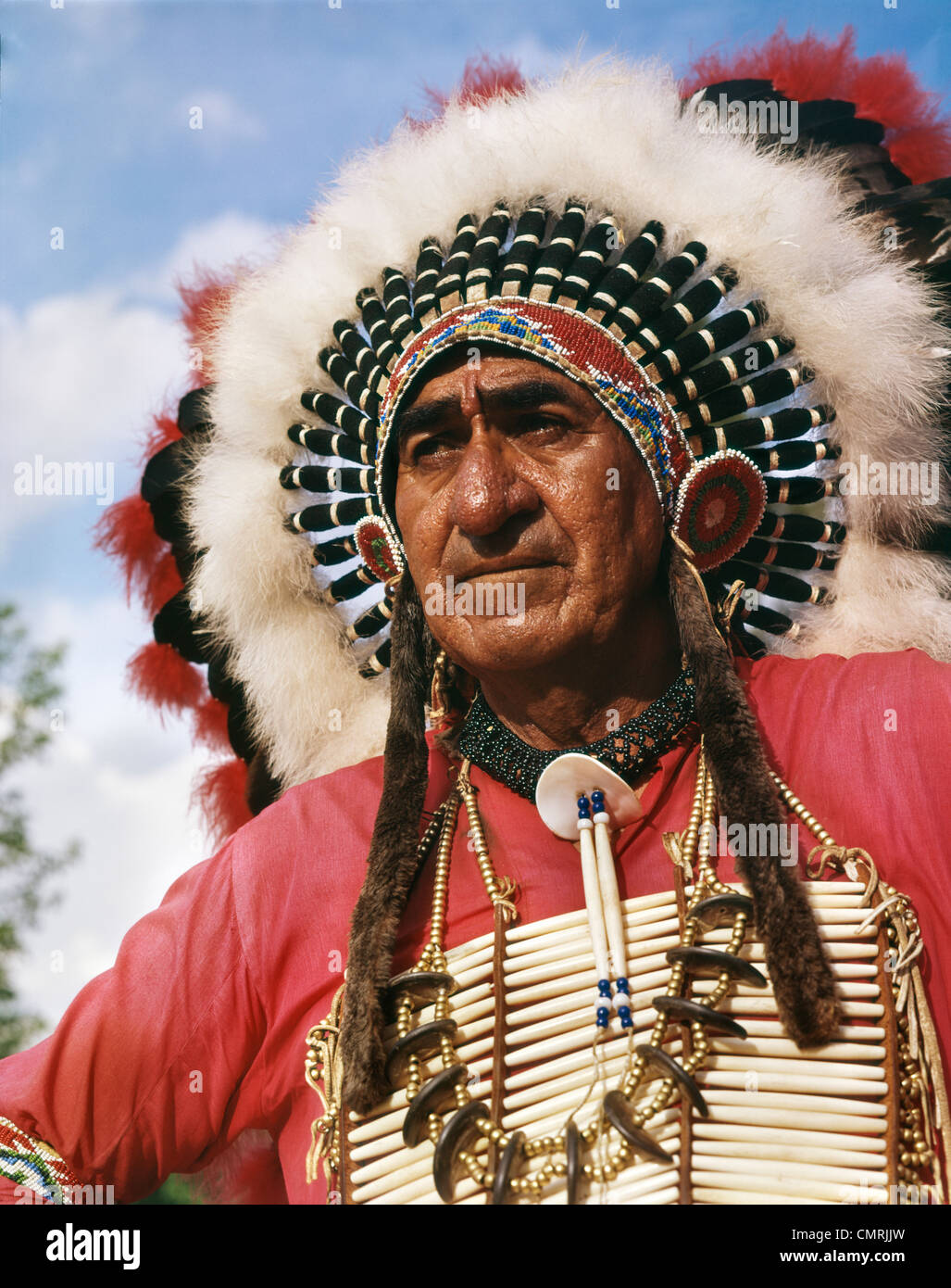 PORTRAIT OF SIOUX INDIAN CHIEF BIG CLOUD HEADDRESS NATIVE AMERICAN OUTDOOR - Stock Image