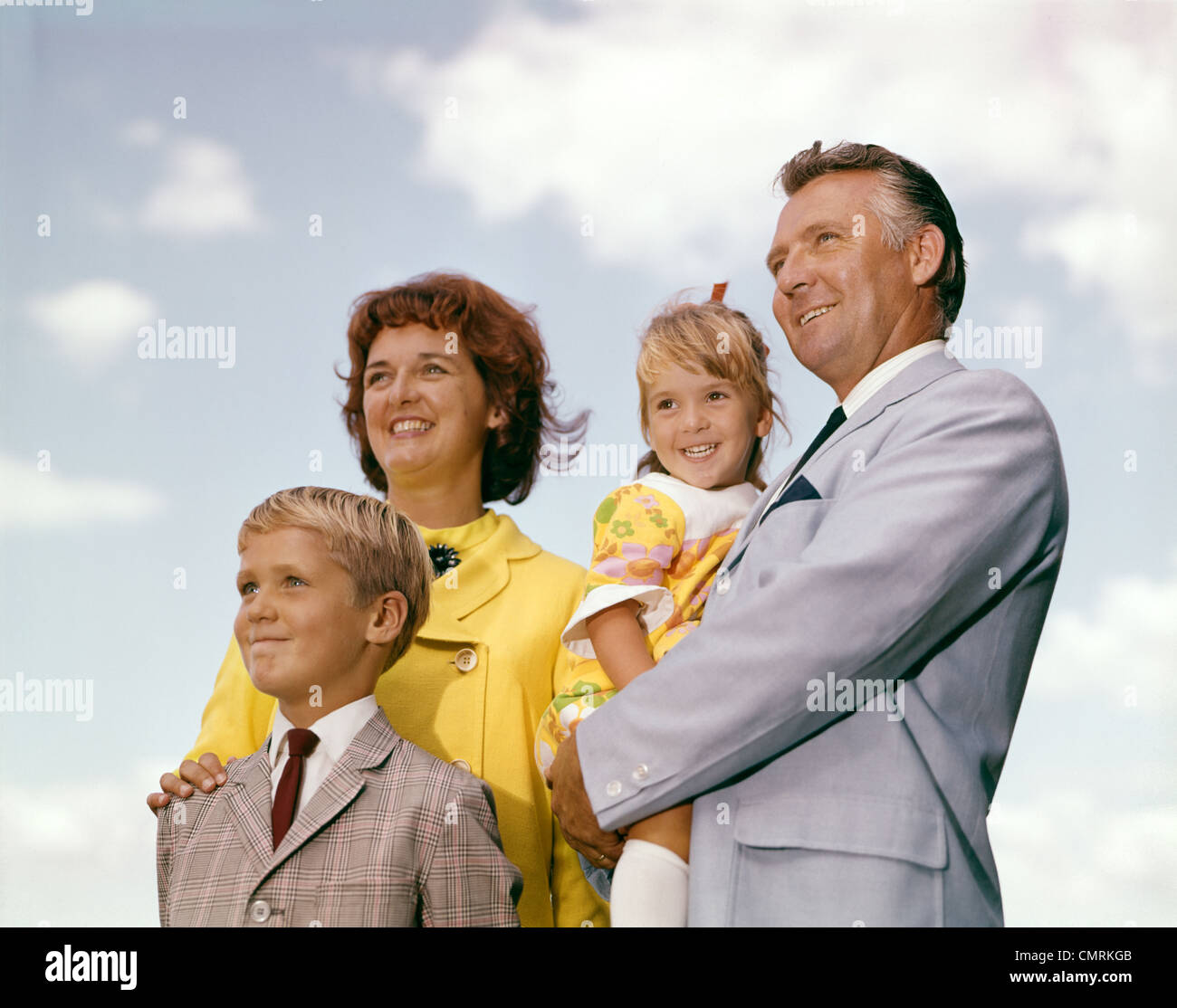 FAMILY PORTRAIT FATHER MOTHER DAUGHTER SON OUTDOOR 1960s - Stock Image