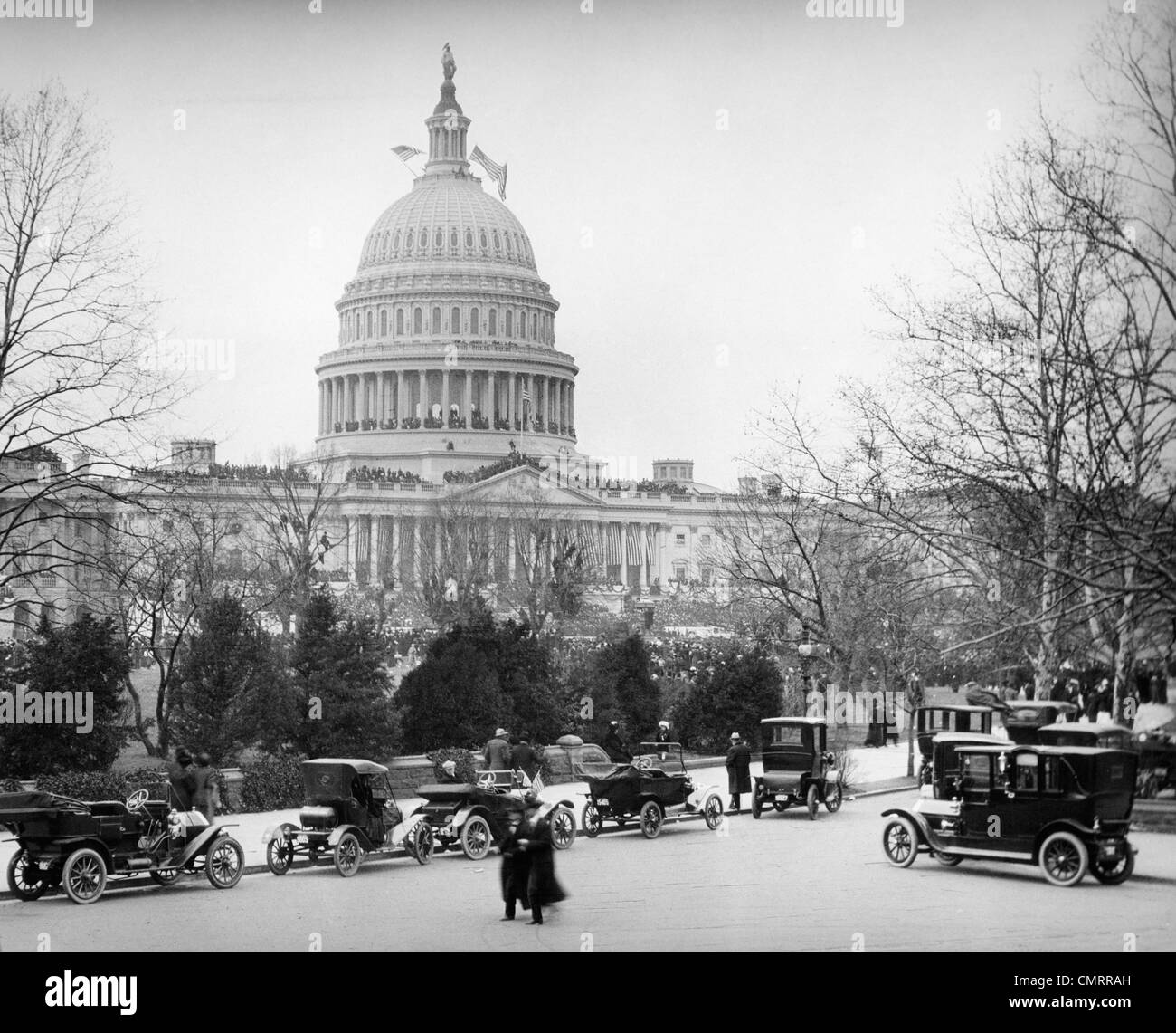 1910s 1920s CAPITOL BUILDING WASHINGTON DC LINE OF CARS PARKED ON STREET IN FOREGROUND - Stock Image