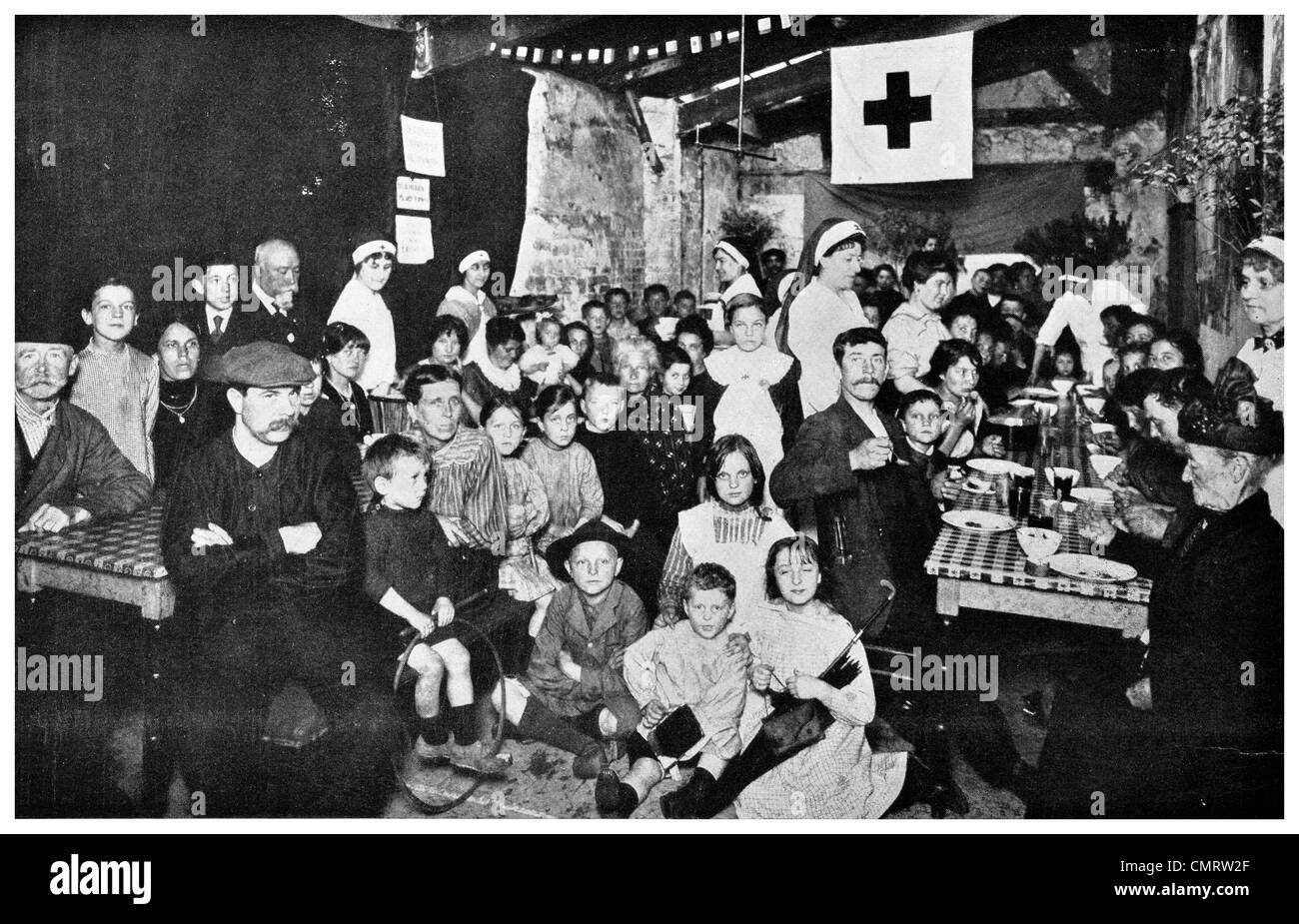 1918 Red Cross supper dinner food war zone refugee cellar Paris Railway station - Stock Image