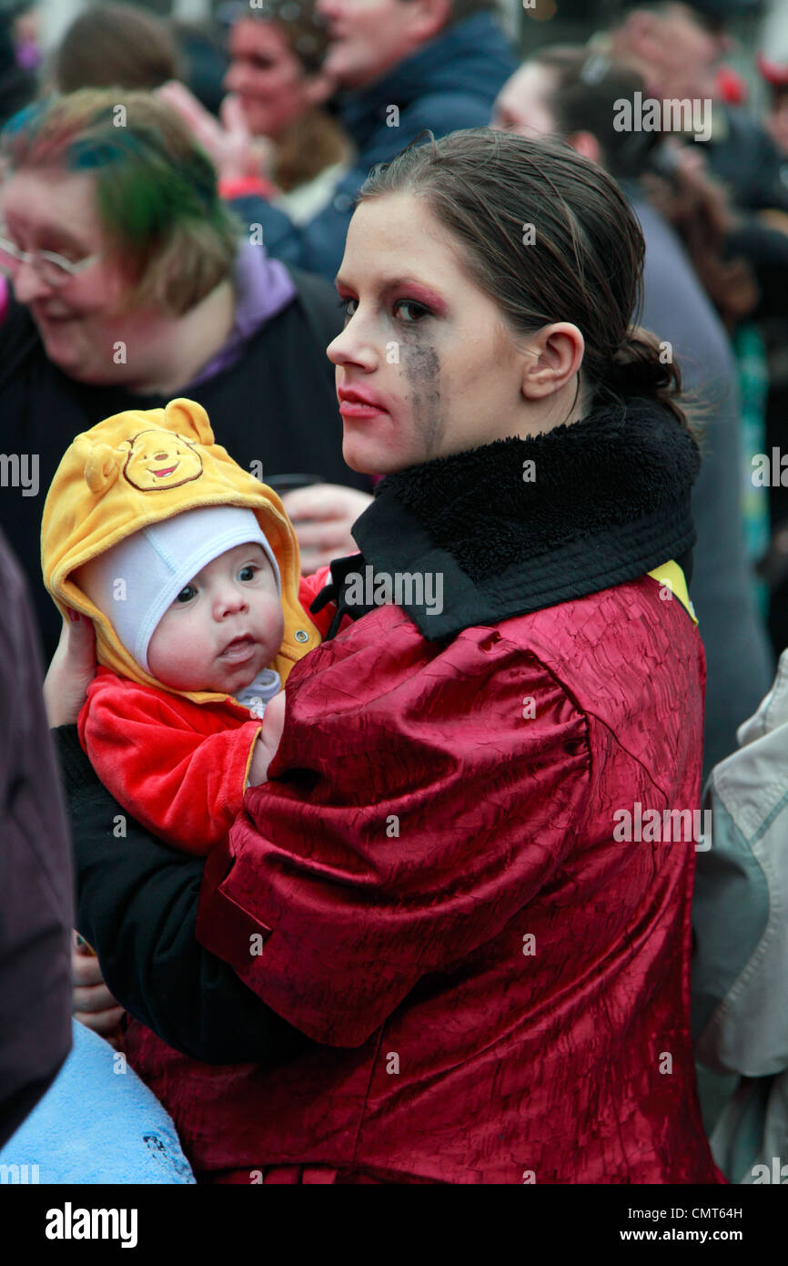 spectators, fools, costuming, young woman, mother with baby, Rhenish carnival 2012, Altweiber, storm of the city - Stock Image