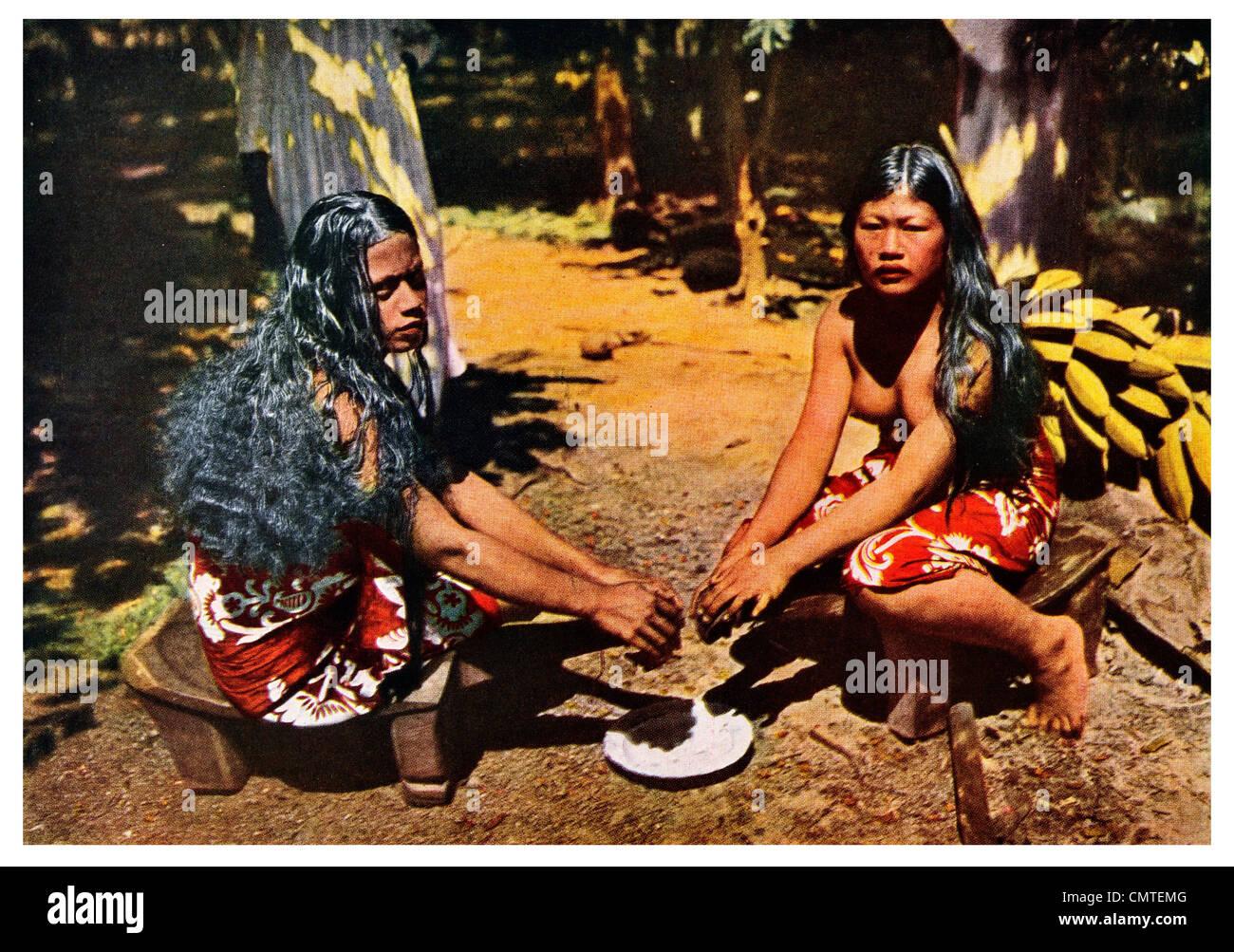 1925 household labor in Rimitara grating coconut meat - Stock Image