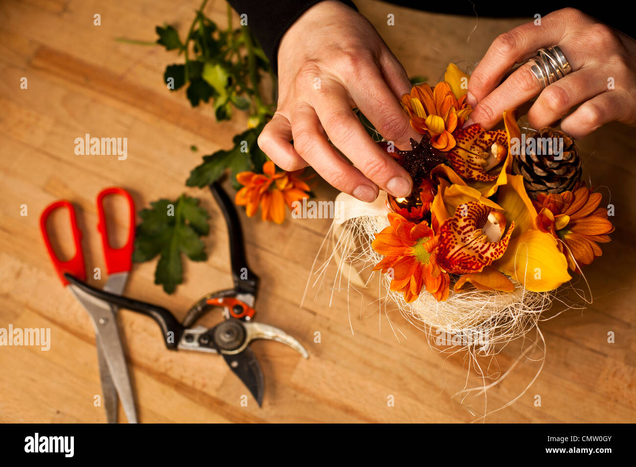Florist preparing a bouquet - Stock Image
