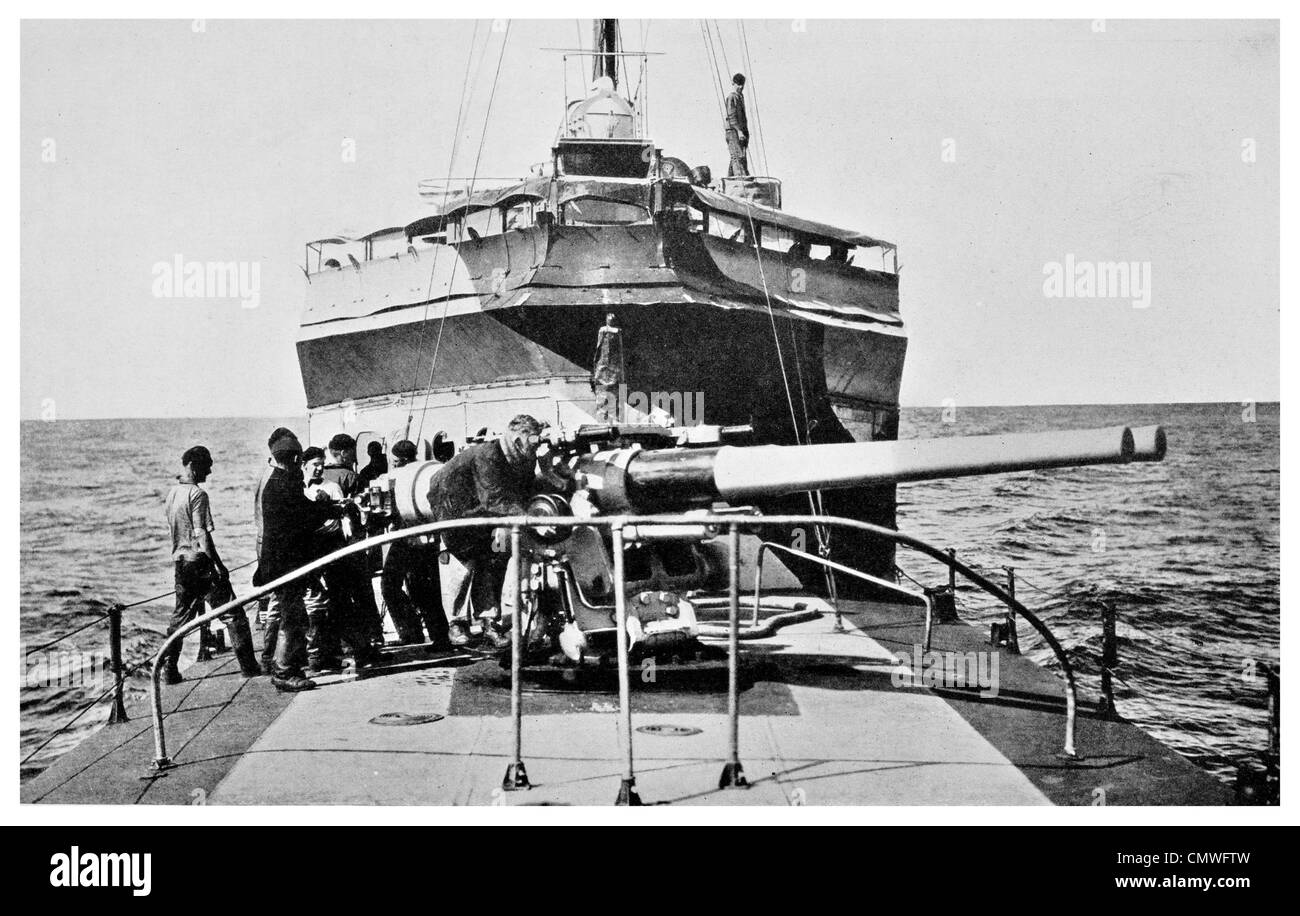 1925 US Navy Gun Drill Crew sighting twin mount guns destroyer batteries - Stock Image