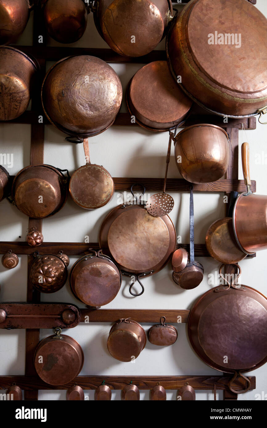 copper pots and pans on wall - Stock Image