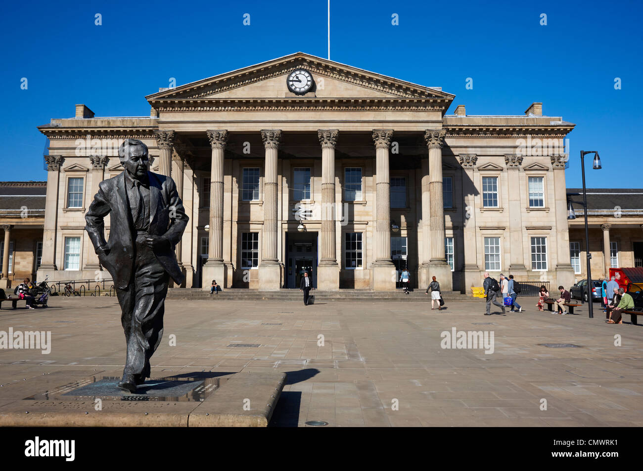 A bronze statue of the former Prime Minister, Harold Wilson in front of the Railway Station, Huddersfield town centre - Stock Image
