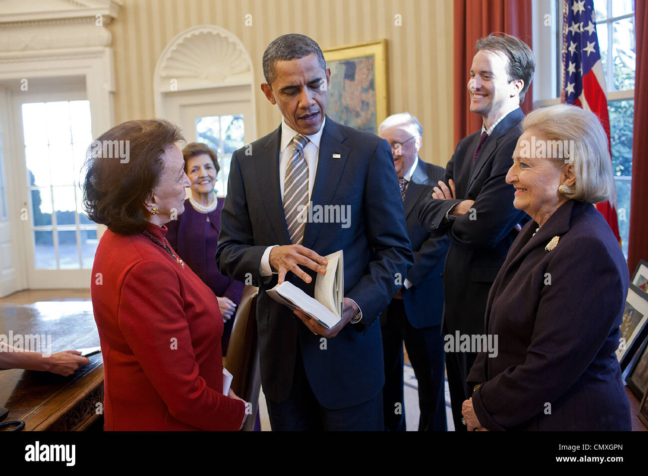 President Barack Obama meets with former Chief of Protocol Selwa 'Lucky' Roosevelt, left, and guests in - Stock Image