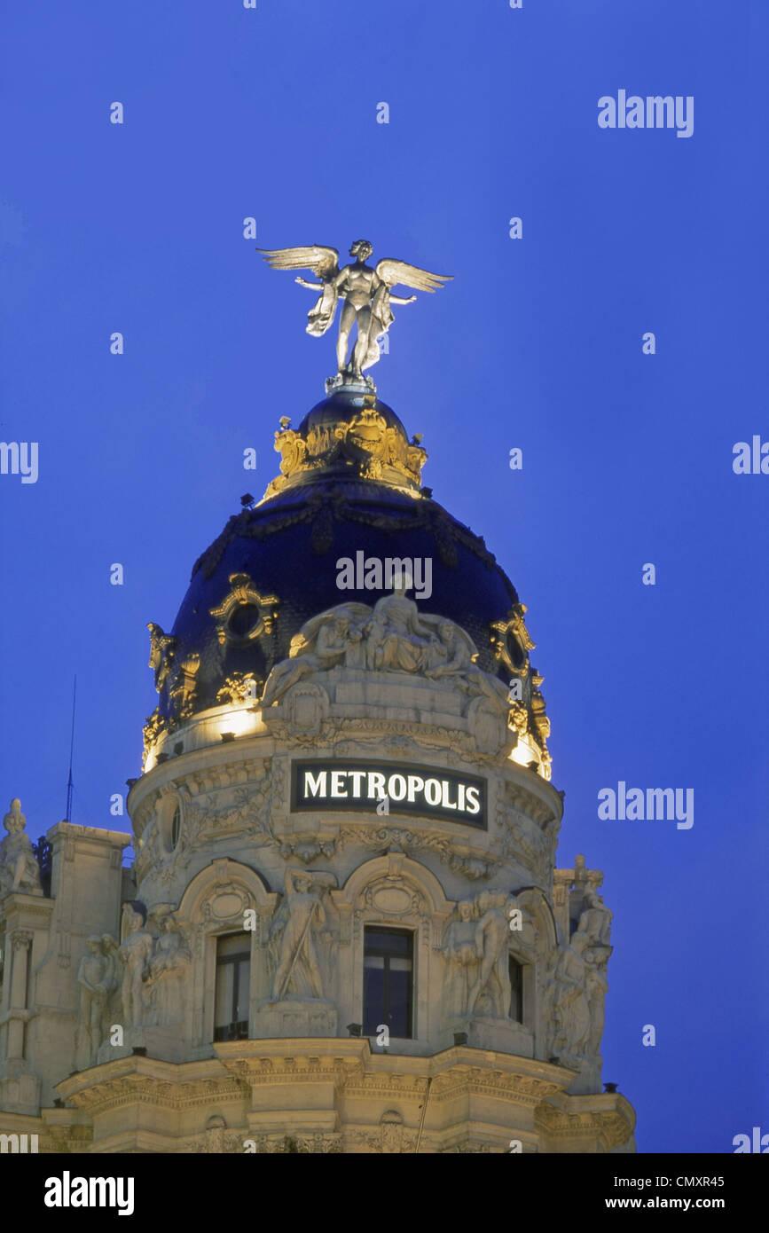 Gran Via mit Metropolis at night, Madrid, Spain - Stock Image