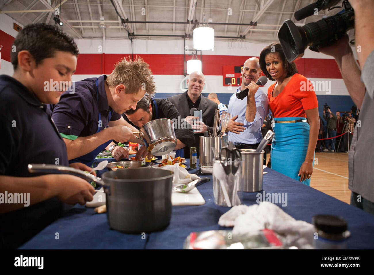 First Lady Michelle Obama, Sam Kass, Senior Policy Advisor for Healthy Food Initiatives, and Top Chef head judge - Stock Image