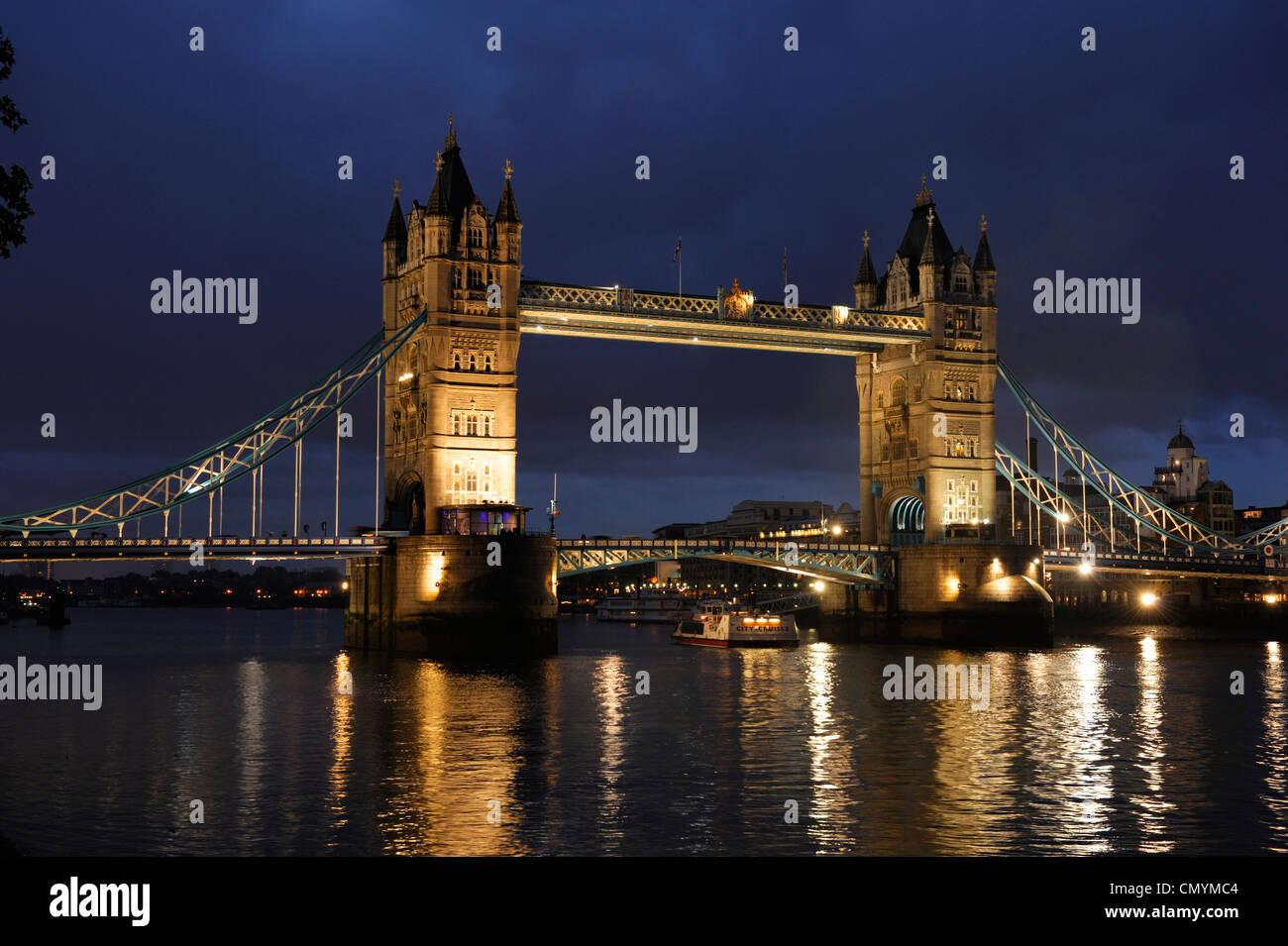 United Kingdom, London, Tower Bridge a lift bridge at night - Stock Image