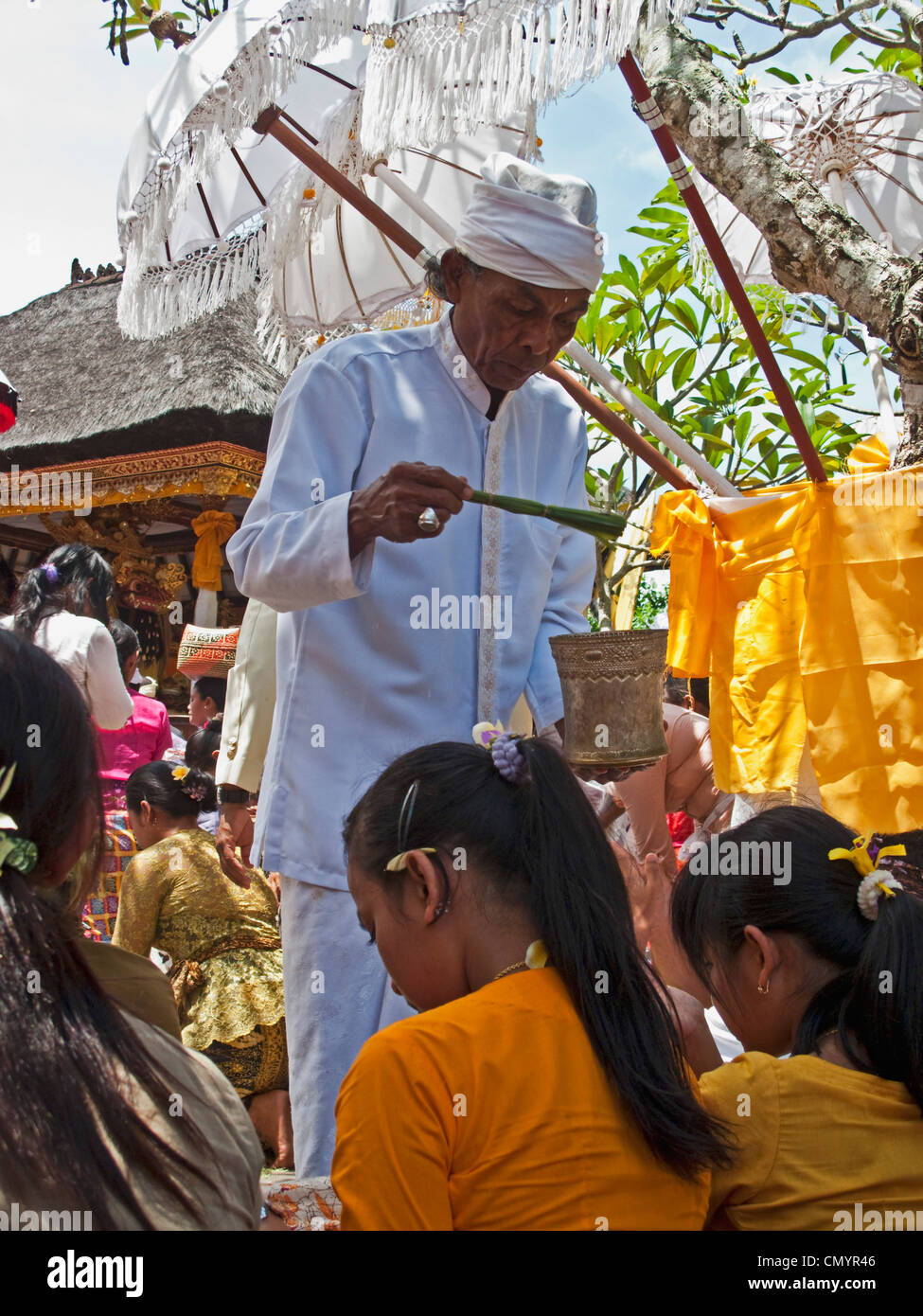 Hindus in temple, priest, Koningan Ceremoy, Bali Indonesia - Stock Image