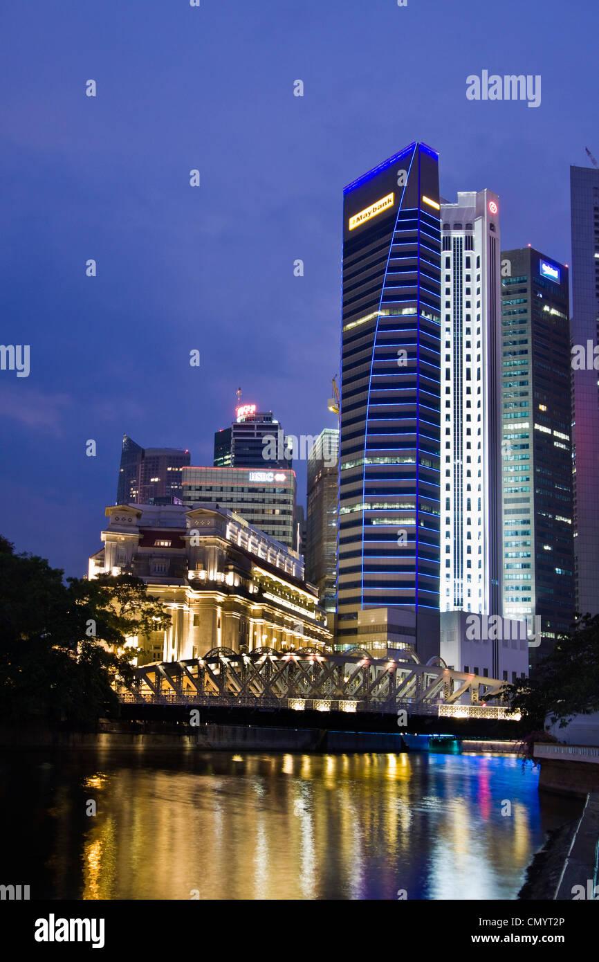 Fullerton Hotel Cavenagh bridge, Skyline of Singapur, South East Asia, twilight Stock Photo