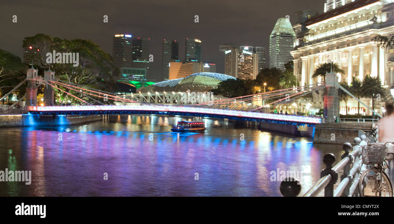 Singapur river, Footbridge, Cavenagh bridge, Fullerton Hotel, Skyline of Singapur, South East Asia, twilight Stock Photo