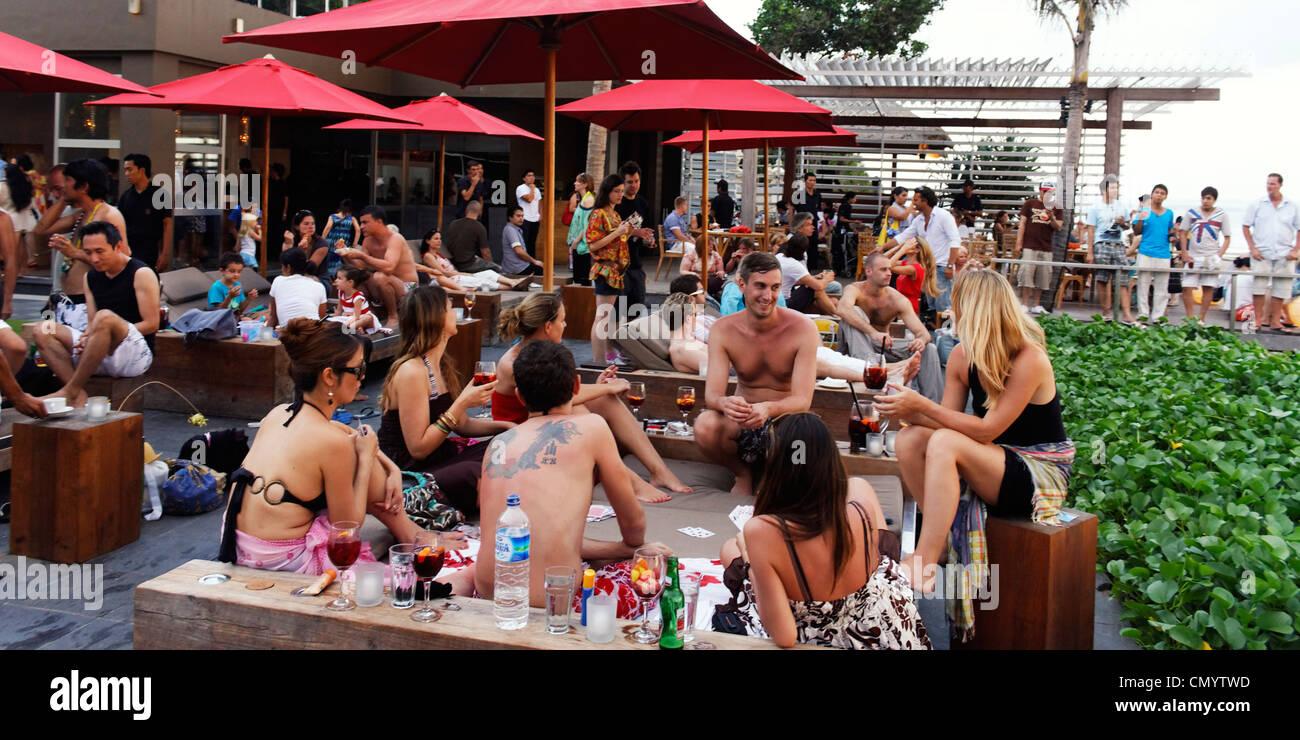 KU DE TA Lounge bar at beachfront in Seminyak, Bali Indonesia - Stock Image