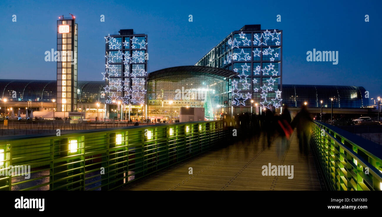 Berlin main station Lehrter Bahnhof, christmas illumination, pedestrian bridge over Spree at twilight, Berlin, Germany - Stock Image