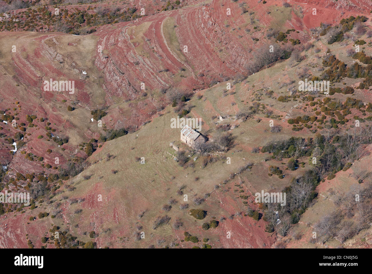 LONELY HOUSE IN A RED PELITE LANDSCAPE (aerial view). Illion, French Riviera's backcountry, France. - Stock Image
