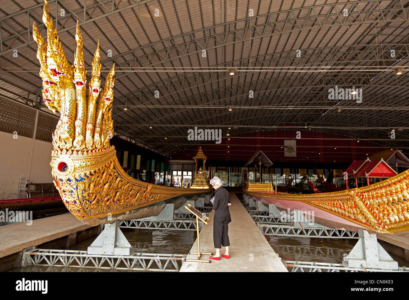 In the Museum of Royal Barges, a boat with a figurehead of Nagas (Thonburi - Bangkok - Thailand). Nagas en figure - Stock Image