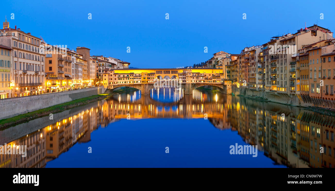 Europe, Italy, Florence, Ponte Vecchio over the Arno River at Dusk - Stock Image