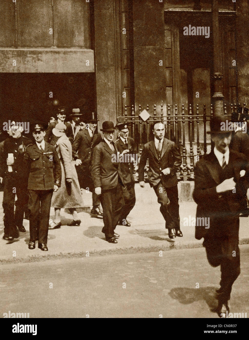 The great financial crisis of 1931, clerks rushing out of the bank after the fall of the bank rate - Stock Image