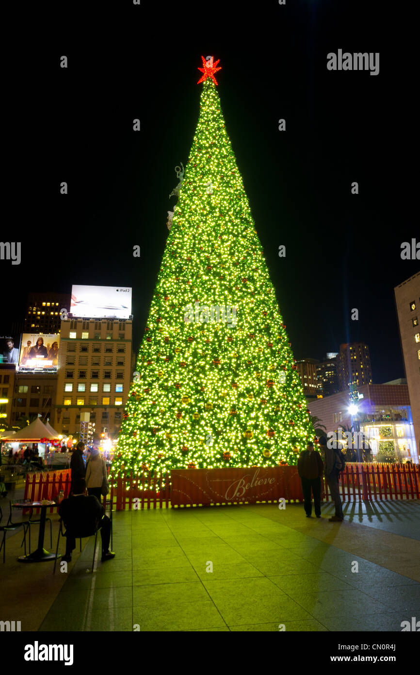 Christmas Tree in Union Square San Francisco USA at night & Christmas Tree in Union Square San Francisco USA at night Stock ...