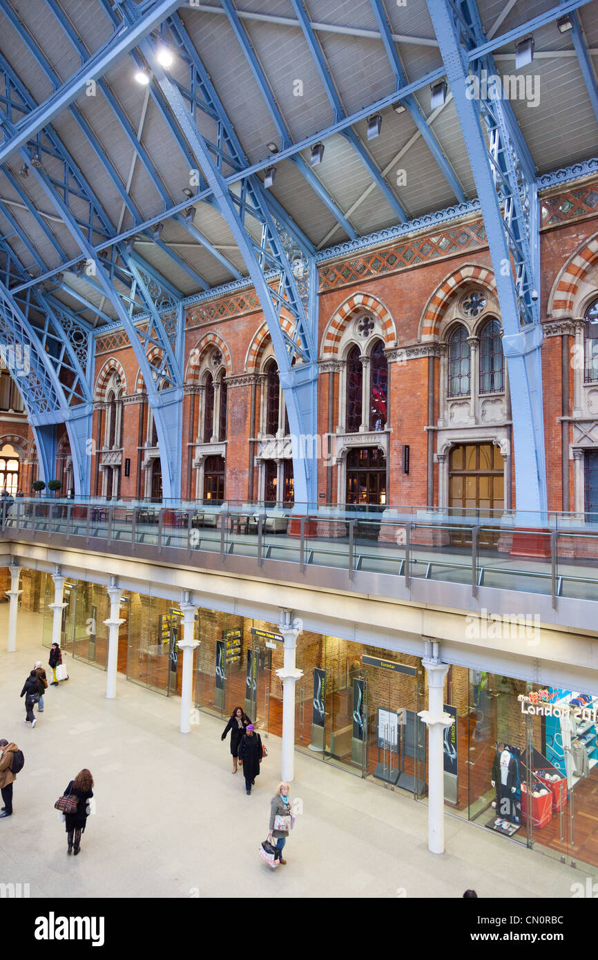 Travellers at London St Pancras train station - Stock Image