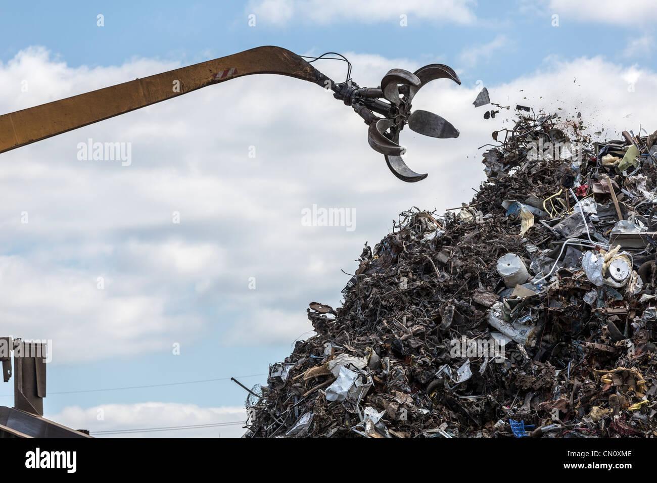 crane claw throwing rubbish, SPC corporation INC waste recycling plant, Philadelphia, Pennsylvania, USA - Stock Image